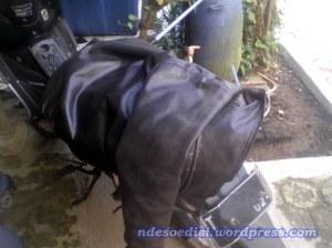 Ilustrasi : Kebiasaan Nde menyimpan jaket butut buat nutupin jok agar tidak panas :-)