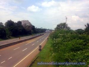 semua jalur digunakan untuk keluar, kemacetan masih sekita 1 km :-)