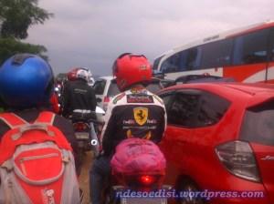 pemotor merangsek menggunakan bahu jalan