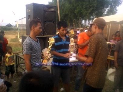penyerahan piala oleh perangkat desa