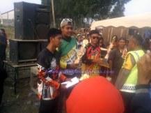 penyerahan piala oleh pihak kepolisian sektor Cipeundeuy