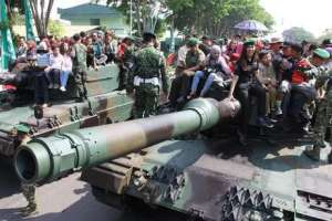 Warga Surabaya Naik tank Leopard keliling kota