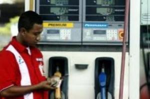 operator spbu menghitung uang (pic:http://banjarmasin.radiosmartfm.com)