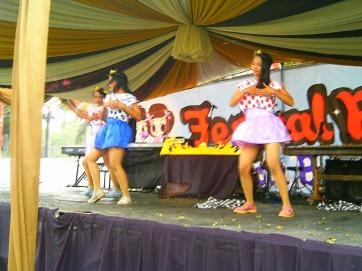 performance siswi SMK Tri Mitra