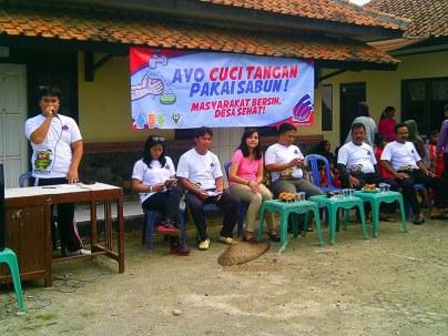 Perangkat desa Karangmukti beserta perwakilan dari PT. Linmas