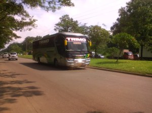 Bus ga sabaran, sopirnya senyum & ngasih klakson pas difoto sama Nde :lol: