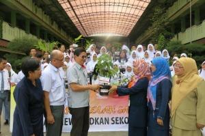 Manager CSR AHM Yudi Yozardi secara simbolis menyerahkan TOGA kepada Noviolalen Kepala Sekolah SMAN 13 Jakarta Utara
