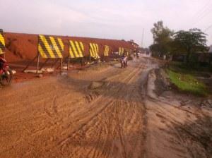 jalan berlumpur di sekitar proyek tol Cikapali