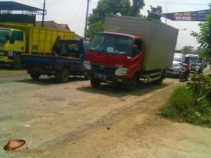 jalan berlubang didekat Perbatasan Purwakarta-Subang