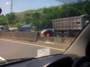 Pickup terguling di Cipularang
