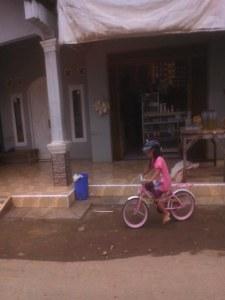 anak kecil pakai helm (2)
