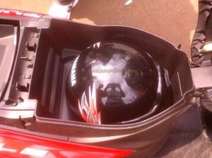 bagasi mampu menampung helm half face yang berdesain bulat