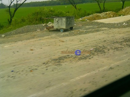 ilustrasi timbunan material di tepi jalan tol