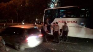Bus berisi personel Brimob dilempari batu (pic: news.detik.com)