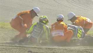 rossi-crash-di-sirkuit-motegi-696x398