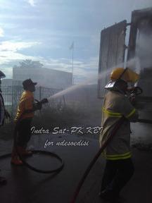 sat-pk-kbi-memadamkan-kebakaran-kontainer-di-pintu-tol-kopo-2