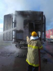 sat-pk-kbi-memadamkan-kebakaran-kontainer-di-pintu-tol-kopo-3
