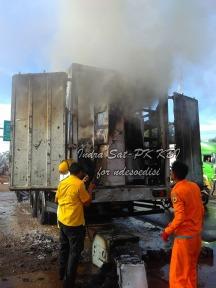 sat-pk-kbi-memadamkan-kebakaran-kontainer-di-pintu-tol-kopo-4