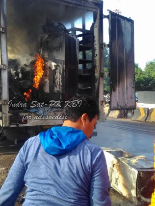 sat-pk-kbi-memadamkan-kebakaran-kontainer-di-pintu-tol-kopo-5