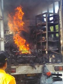 sat-pk-kbi-memadamkan-kebakaran-kontainer-di-pintu-tol-kopo-7