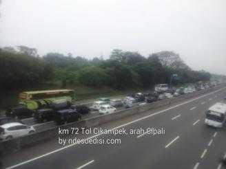 pada H-3 Lebaran 2017 Km 72 tol Cikampek macet