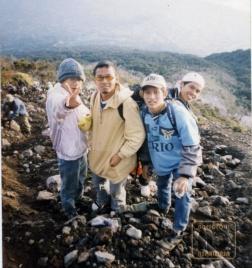 Anggit yang menunjuk, Nde menggunakan kaos Lazio, sedangkan 2 orang lagi teman kakaknya Anggit